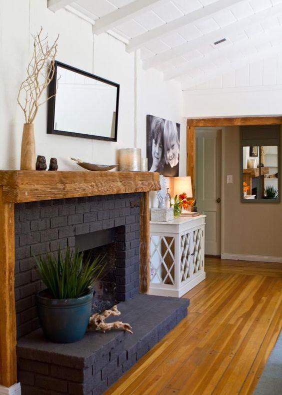 Grafitowy kominek z drewnianą półką