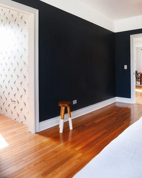 Korytarz z ciemną ścianą i karmelową podłogą