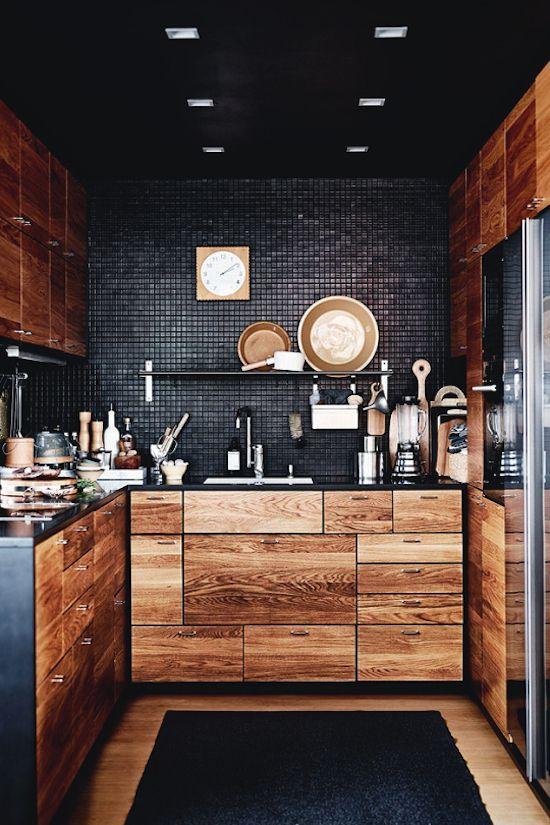 Czarna kuchnia z drewnianymi frontami
