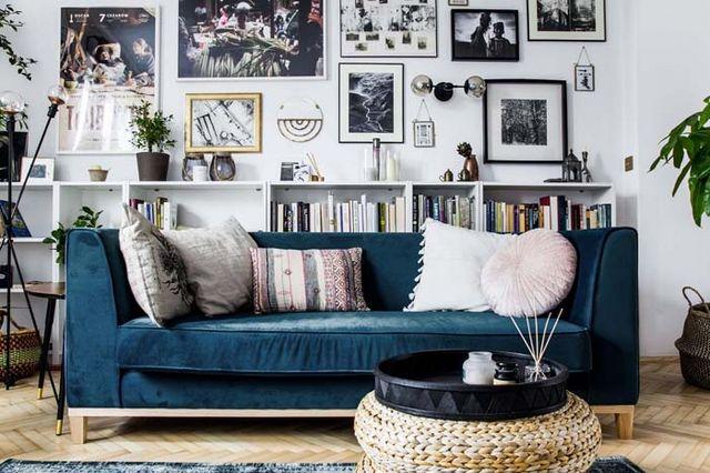 Salon z sofą w kolorze indygo