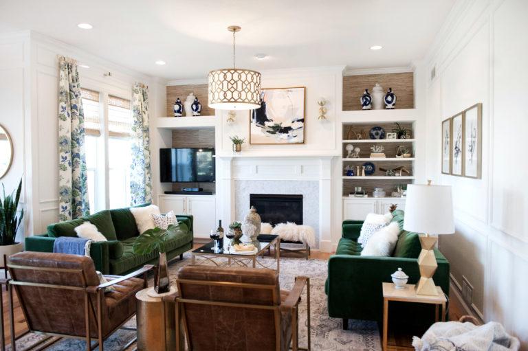 salon klasyczny z zieloną sofą