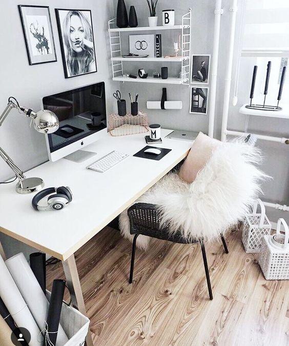domowe biuro jak urządzić je z dużym białym biurkiem