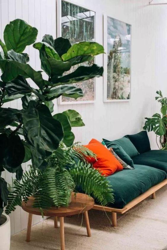 Wystrój wnętrz inspiracje - plakaty i żywa roślina