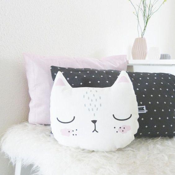 wystrój wnętrz dodatki: poduszka w kształcie kota