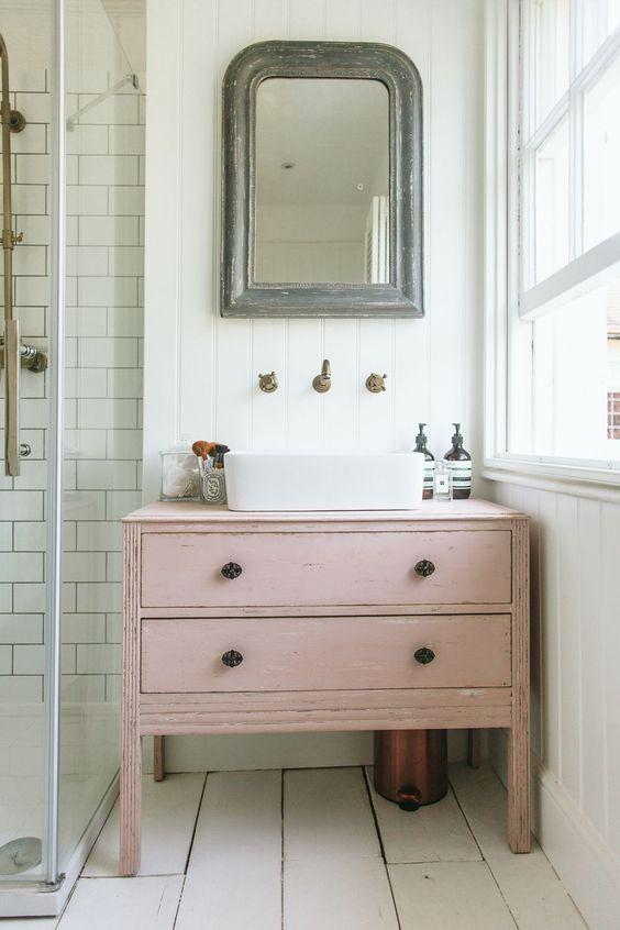 Wystrój wnętrz: Pudrowy róż w łazience