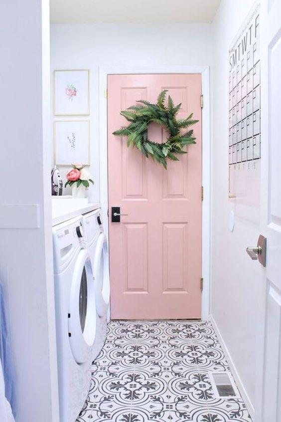 Wystrój wnętrz: Pudrowy róż jako akcent na drzwiach