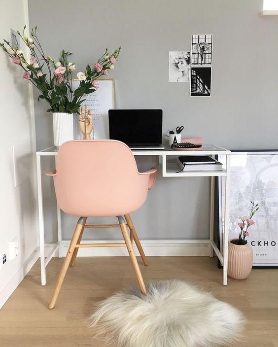 Wystrój wnętrz: Pudrowy róż w domowym biurze