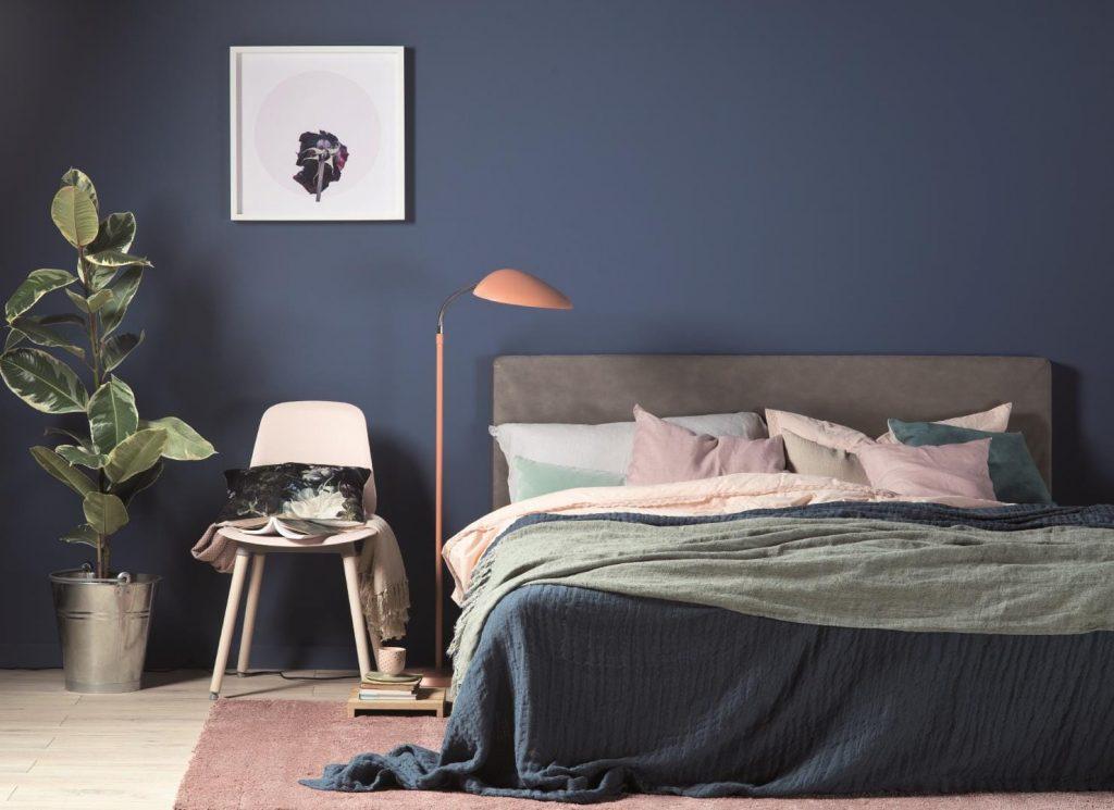 Niebieski kolor na ścianie sypialni - psychologia kolorów