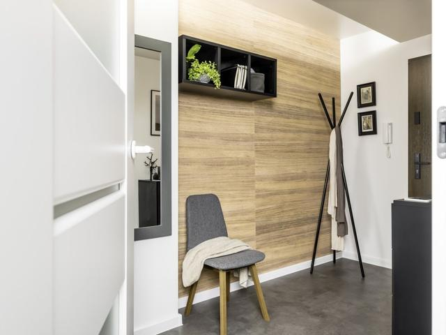 Drewno na ścianie w przedpokoju